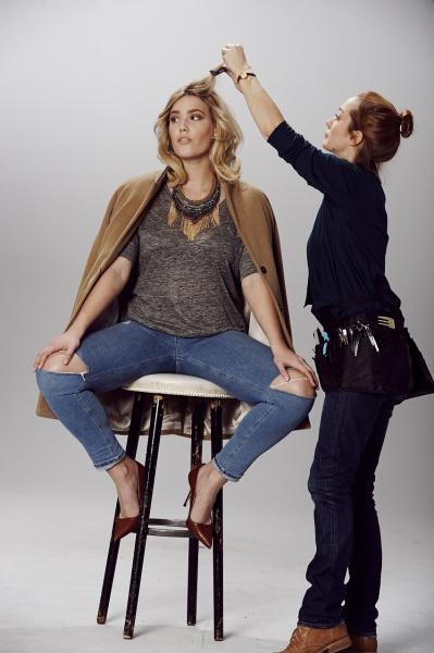 Hair & Make-Up Artist Sonja Engelhard beim Styling von einem blonden Model